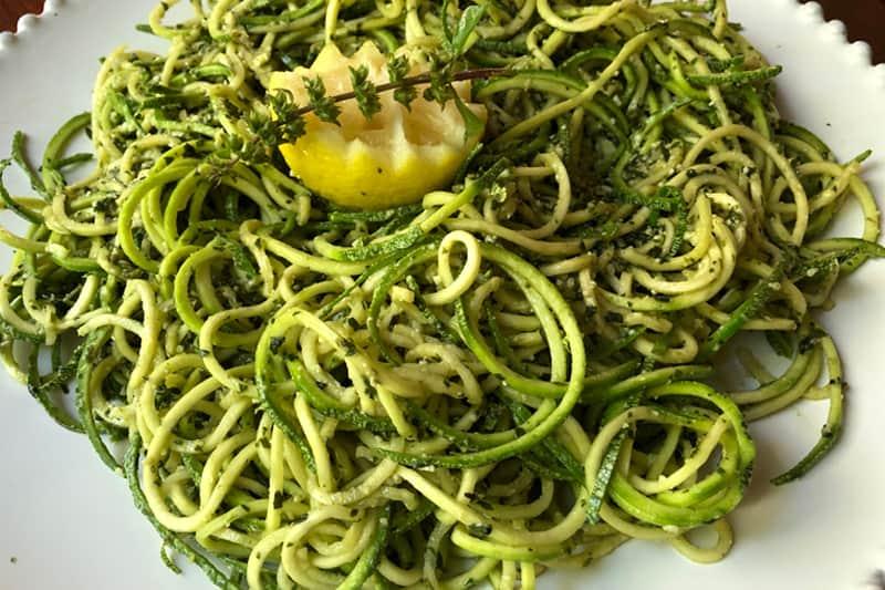 Espagueti De Calabacitas Con Salsa De Albahaca (Pesto)